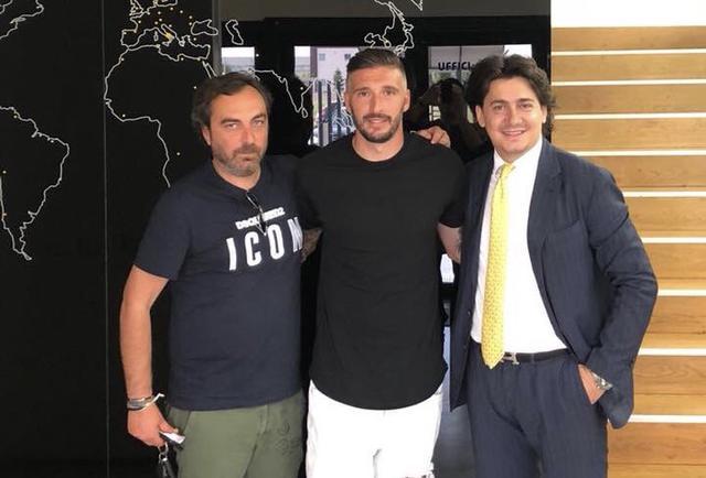 Mirko Guadalupi, al centro, dopo aver firmato l'accordo con il Team Altamura