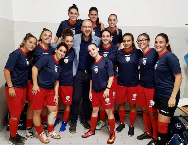 Il dottor Mario Ortino con le ragazze del Città di Taranto