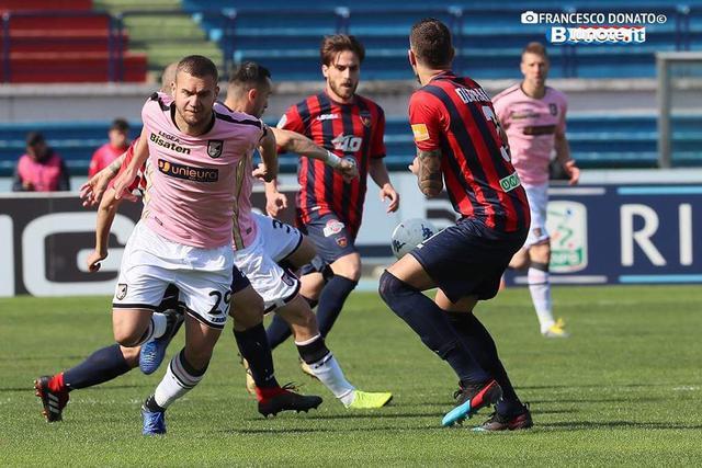 Una fase di Cosenza-Palermo 1-1