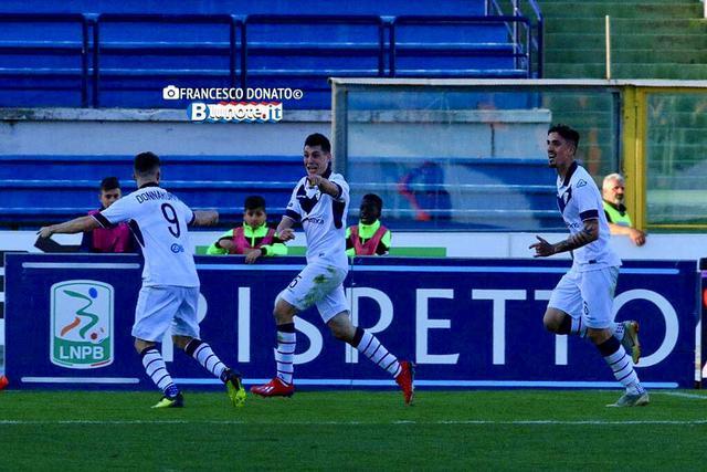 Lesultanza del bresciano Bisoli dopo il gol vittoria sul Cosenza