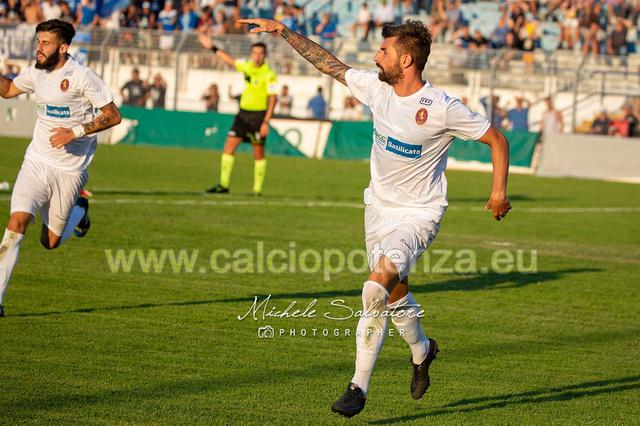 Beppe Genchi esulta dopo il gol del vantaggio