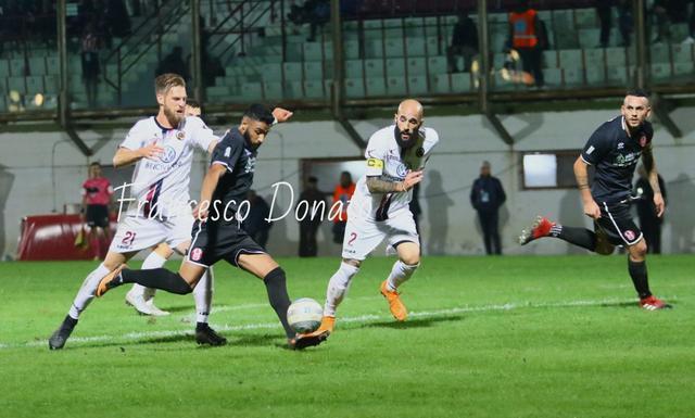 Francesco Vivacqua, attaccante del Rende, segna il 2-1 - Foto Francesco Donato
