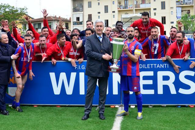 Capitan Vicedomini riceve la coppa da Cosimo Sibilia, presidente della Lnd (foto Lnd)