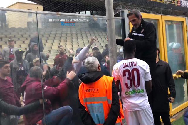 Angelo Gregucci allo Zaccheria parla con i sostenitori della Salernitana presenti a Foggia