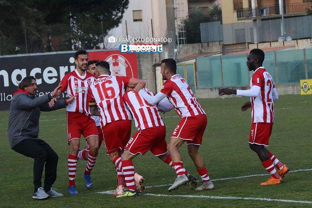 Lesultanza dei calciatori del Rende dopo il 3-1 inflitto alla Virtus Francavilla