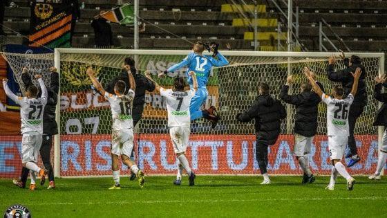 L'esultanza dei calciatori del Venezia dopo il successo sulla Salernitana - Foto Repubblica.it
