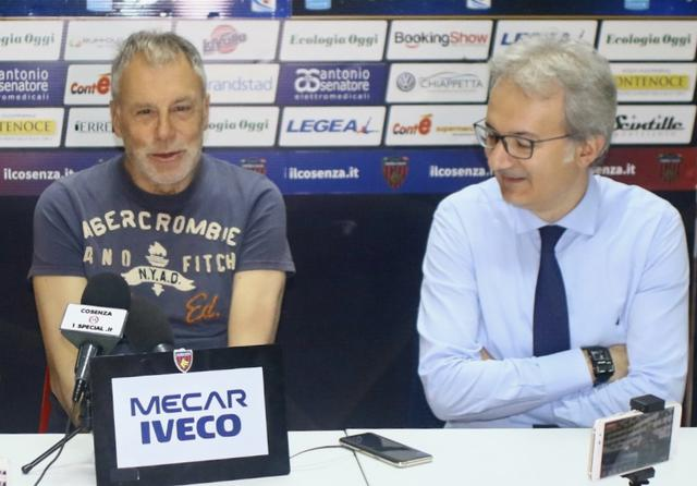Piero Braglia con Gianluca Pasqua, addetto stampa del Cosenza - Foto Francesco Donato