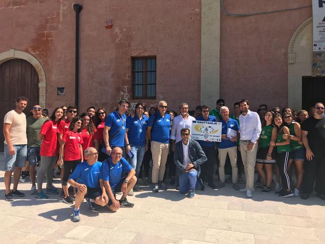 Il gruppo composto da commissari, consiglieri comunali di Grottaglie e rappresentanti delle varie associazioni sportive
