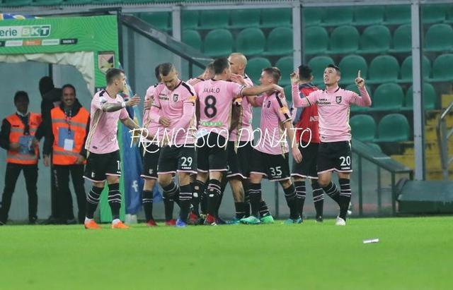 L'esultanza dei calciatori del Palermo - Foto Francesco Donato/Blunote