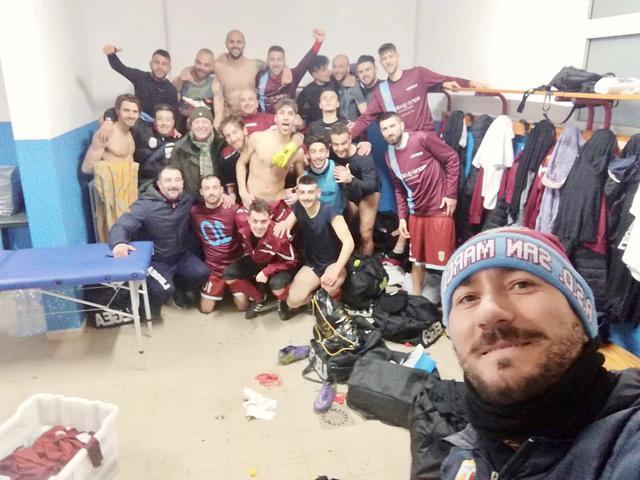 La gioia dei calciatori del San Marco negli spogliatoi dello stadio Tursi di Martina Franca