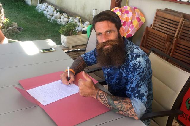 Davide Moscardelli mentre firma il contratto che lo lega all'Arezzo