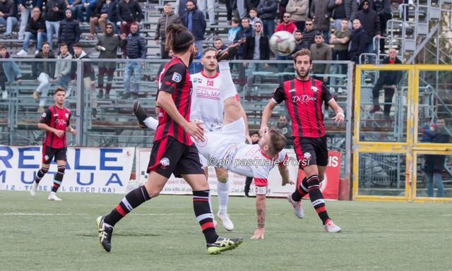Il bellissimo gesto atletico di Fabio Longo nella foto di Torrechannel.it
