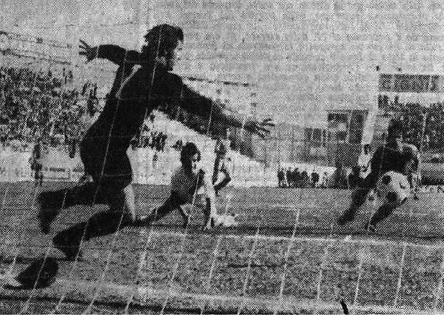 Taranto-Sorrento 2-0: 26 marzo 1972, campionato di B. Nella foto Campidonico sblocca la contesa battendo il portiere campano Formisano. A terra un giovanissimo Peppe Bruscolotti