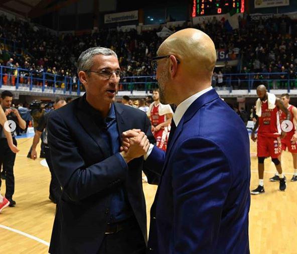 Il presidente Nando Marino si congratula con coach Frank Vitucci - Foto brindisimagazine.it