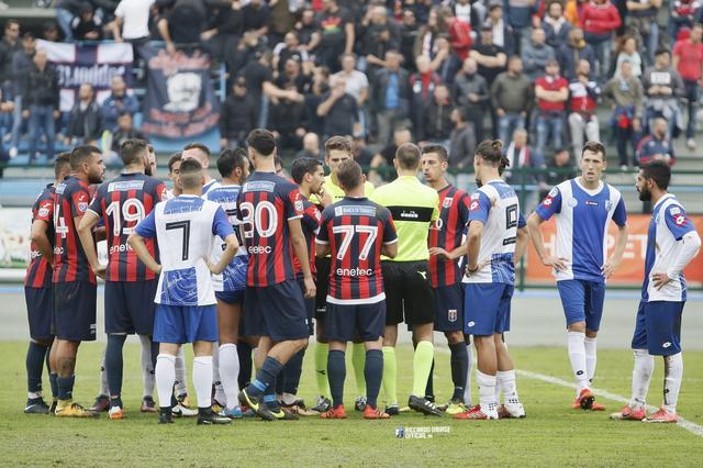 Fasano-Taranto: Conciliabolo in mezzo al campo dooo la sospensione - Foto Riccardo Debiase