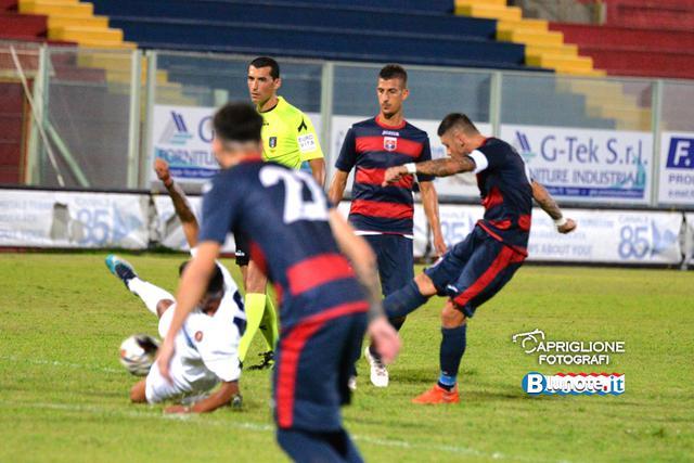 Emiliano Massimo osserva Marsili mentre calcia una punizione