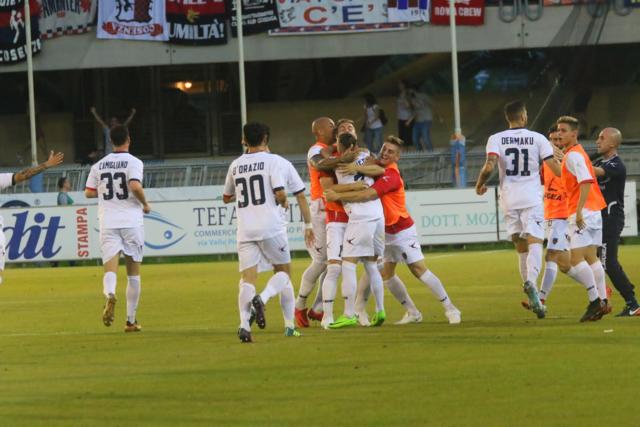 L'esultanza dei calciatori del Cosenza dopo il vantaggio di Mungo - Foto Francesco Donato