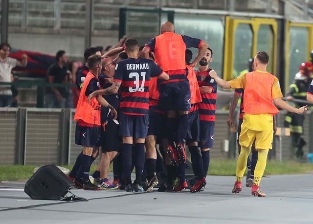 L'esultanza dei calciatori del Cosenza dopo il vantaggio di Bruccini - Foto Francesco Donato