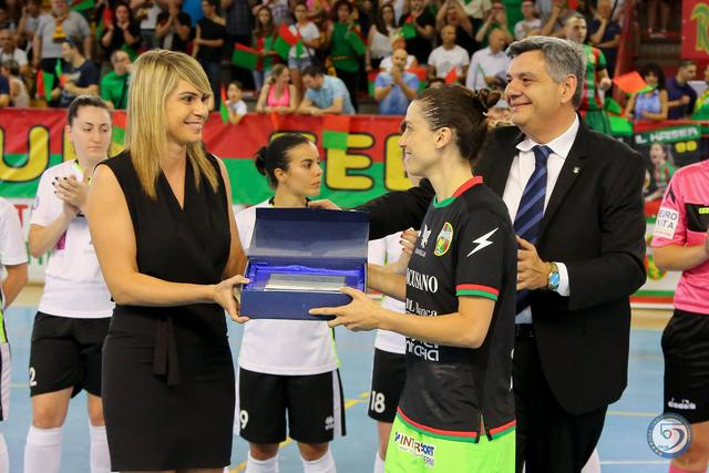Pamela Presto, giocatrice dell'Unicusano Ternana, con l'arbitro Elena Lunardi