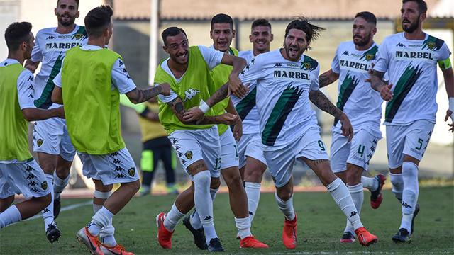Cosimo Patierno festeggiato dopo il gol del vantaggio - Foto forzanocerina.it