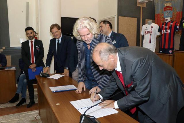 Gino Montella, dg del Taranto, firma la nuova convenzione assistito dall'assessore Fabiano Marti - Foto Max Todaro
