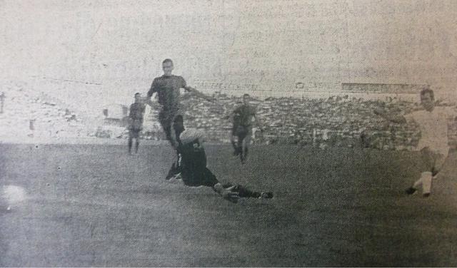 Amancio firma il terzo gol del Real Madrid, il portiere Bertini e Mario Iannarilli non possono che stare a guardare