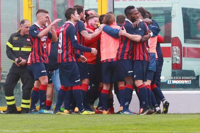 Vibonese-Viterbese 1-0: i calabresi esultano dopo il gol vittoria di Taurino - Foto Francesco Donato