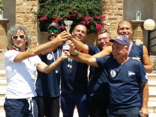 Lequipaggio maschile Rematori Taranto magna Grecia gruppo voga