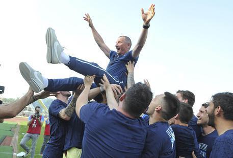 Foto Ansa: Andreazzoli, tecnico dell'Empoli, portato in trionfo dopo la matematica promozione in A
