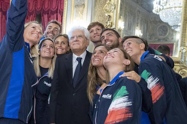 Selfie con Mattarella: Benedetta Pilato con gli altri campioni del nuoto italiano