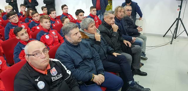 Peppe Passariello seduto in fondo, al fianco di Graziano Gori