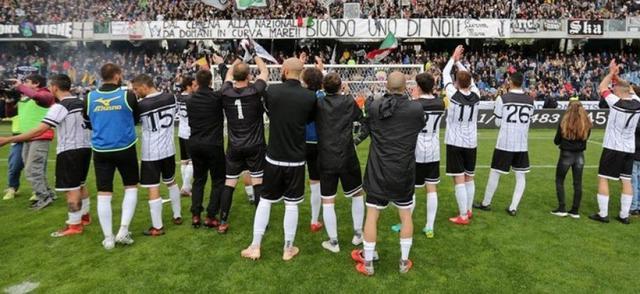 I festeggiamenti dei calciatori del Cesena