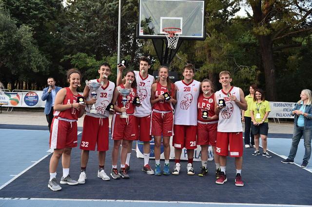 I giocatori del Cus Bari e le giocatrici dell'Amatori Savona posano con le medaglie