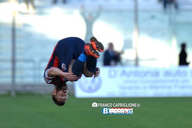 Fabio Oggiano festeggia il gol con un 'salto mortale'