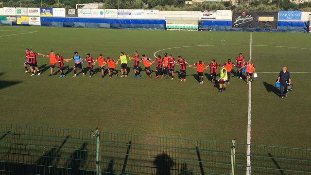I calciatori della capolista Picerno esultano al San Michele di Gragnano