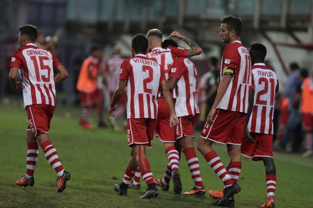 L'esultanza dei calciatori del Rende dopo il gol del 3-0 - Foto Francesco Donato