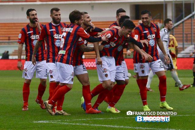 Cosenza-Cittadella 2-0: Labbraccio dei compagni a Daniele Sciaudone