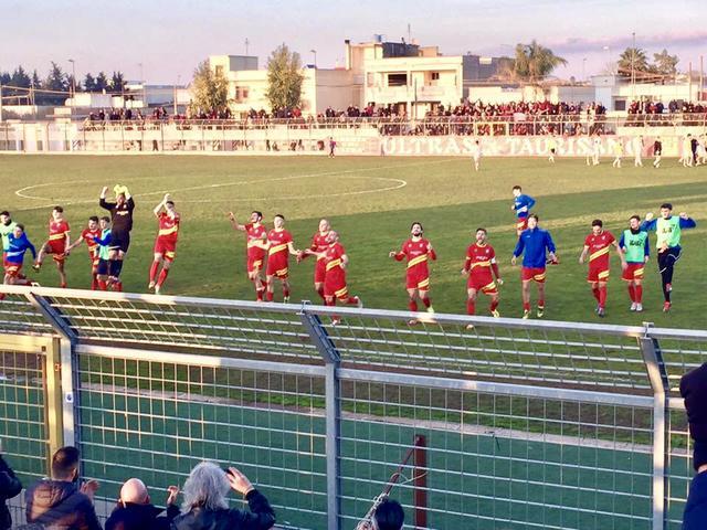 I calciatori dellUgento fanno festa dopo la vittoria in casa della Brilla Campi