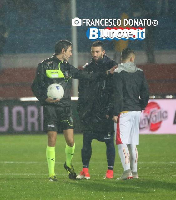 L'arbitro Pillitteri con i due capitani, Corsi (Cosenza) e Letizia (Benevento)