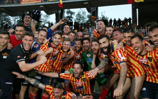 Foto Sky Sport - I festeggiamenti dei calciatori del Lecce dopo il match con la Paganese