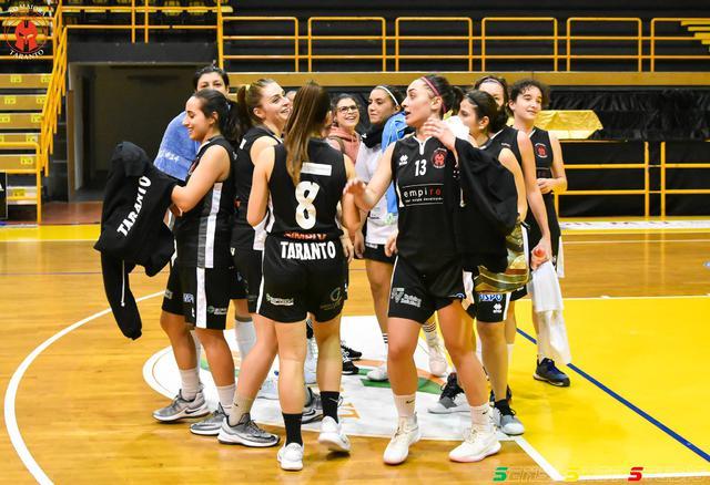 Le ragazze di coach Palagiano esultano dopo aver superato il San Severo
