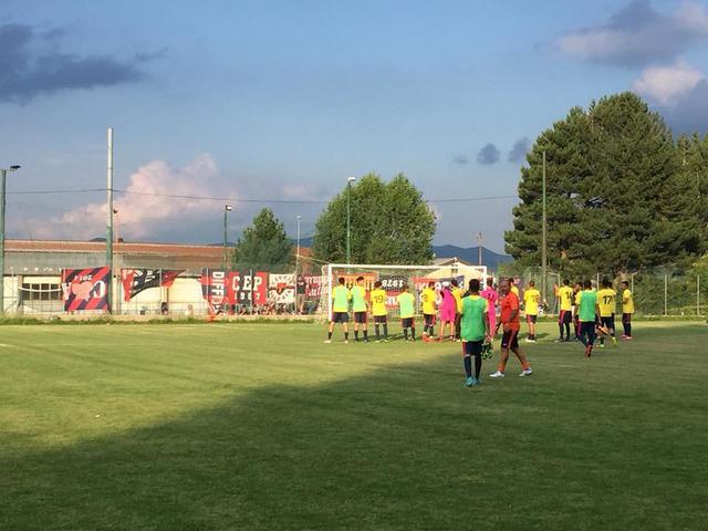 I calciatori del Taranto salutano i tifosi rossoblu presenti in quel di Moccone