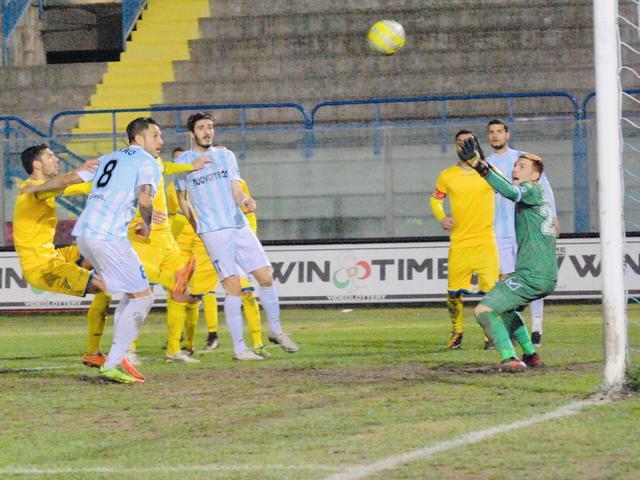 Il momento in cui Manuel Sarao firma il gol della vittoria sulla Paganese - Foto Gianni Di Campi