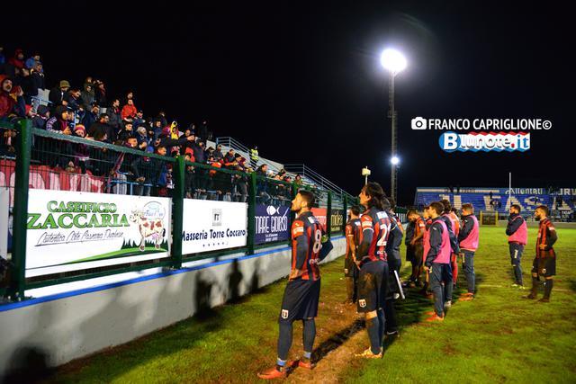 I calciatori del Taranto a rapporto con i tifosi dopo il deludente, solo per il risultato, 2-2