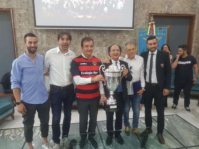Guarascio, Braglia e Trinchera posano con il sindaco Mario Occhiuto - Foto Francesco Donato