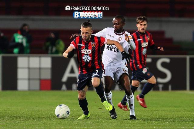 Una fase di Cosenza-Salernitana 0-0