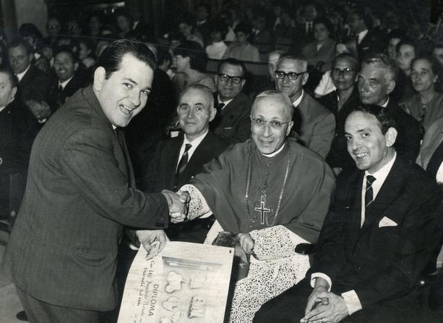 La stretta di mano tra monsignor Motolese e Renato Ingenifo nel giorno del conferimento del cavalierato