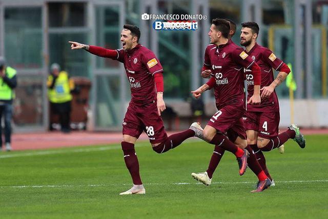 Lesultanza dei calciatori del Livorno nella sfida con il Cosenza