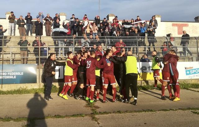 I calciatori del San Marco festeggiano dopo il successo di Noiacattaro