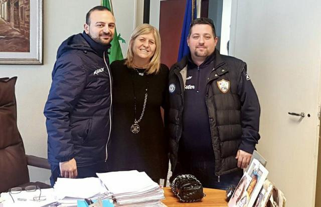 Coach Vito Liotino (a destra) e il ds Ciccio Solito con Stefania Baldassarri, direttrice del carcere di Taranto